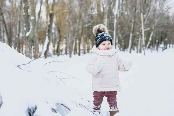 Zimowy spacer z maluszkiem. Jak zabezpieczyć skórę dziecka?