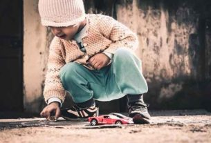 Dziecko bawi się na podłodze - dobrze czy źle?